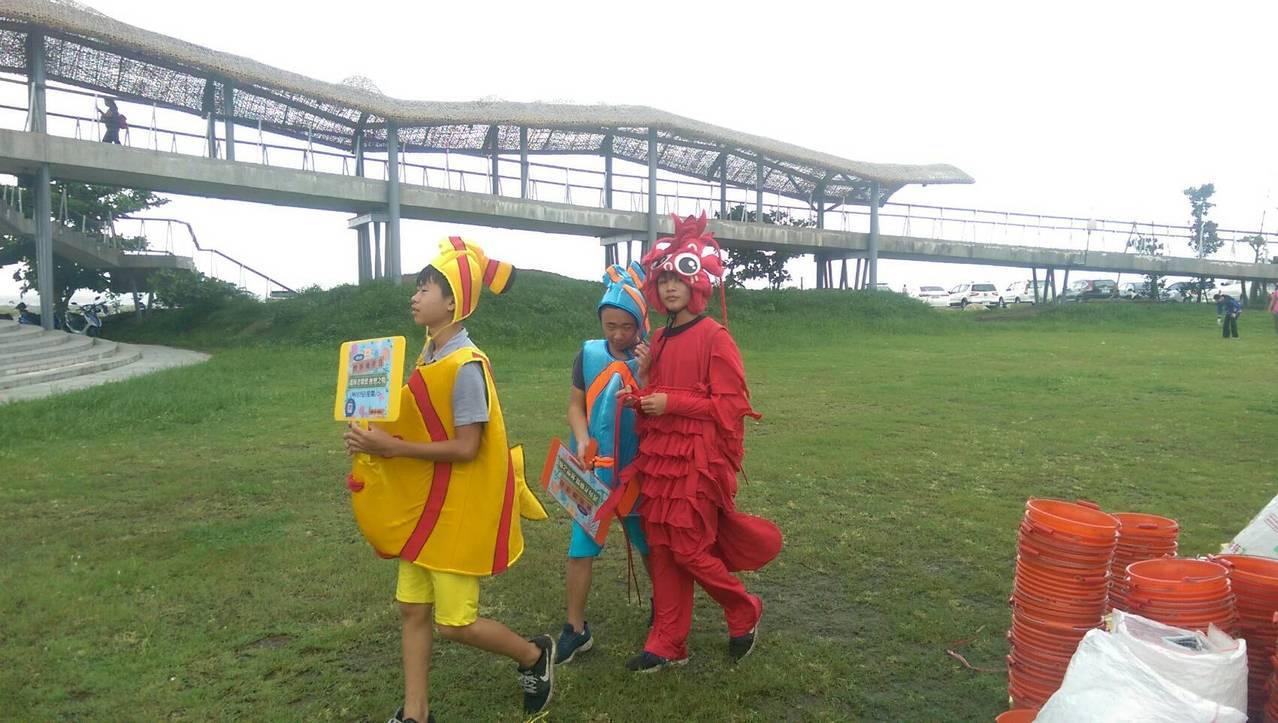 活動現場也有扮演魚、蝦、蟹的人偶,宣傳重視海洋環境。記者尤聰光/攝影