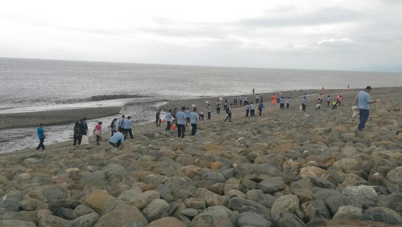 響應世界海洋日,台東縣環保局今天在海濱公園國際地標舉辦淨灘活動,吸引近千民眾及機...
