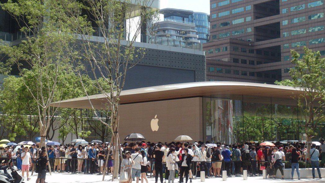 大批果粉排隊等待進入Apple 信義 A13。 記者何佩儒/攝影