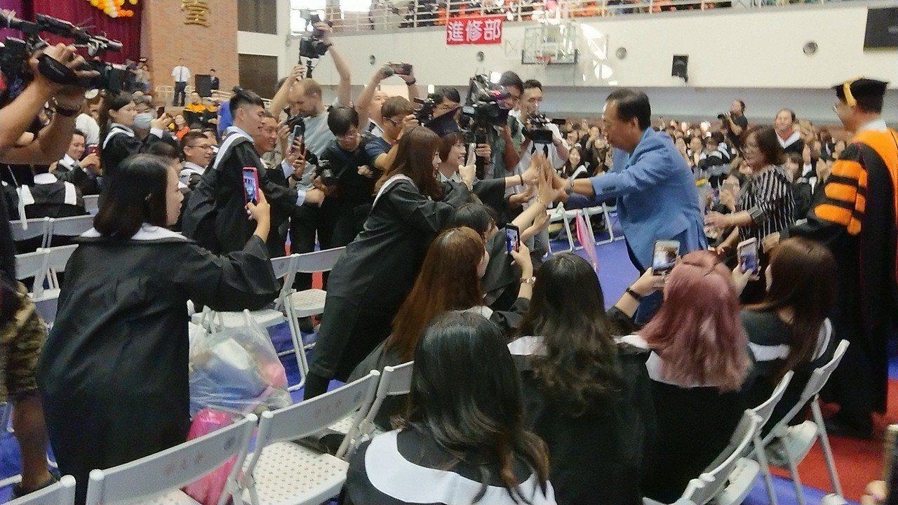 郭台銘進場時受到畢業生熱情歡迎。記者卜敏正/攝影