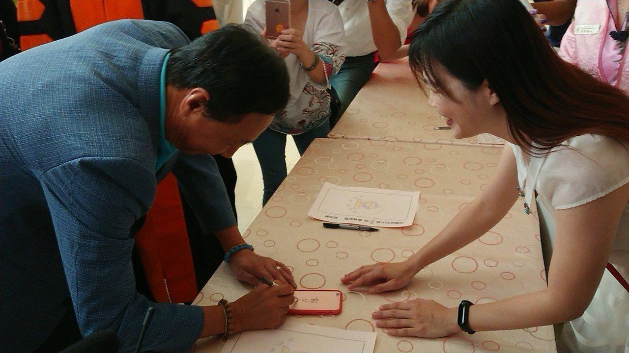 吳鳳科大職員 請郭台銘在iPhone上簽名。記者卜敏正/攝影