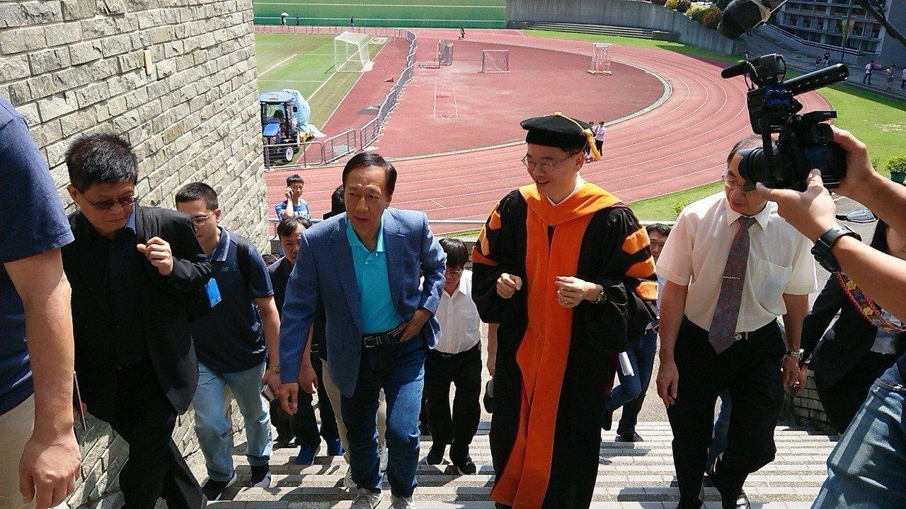 郭台銘今天到吳鳳科大演講,受到師生熱情歡迎。 記者卜敏正/攝影