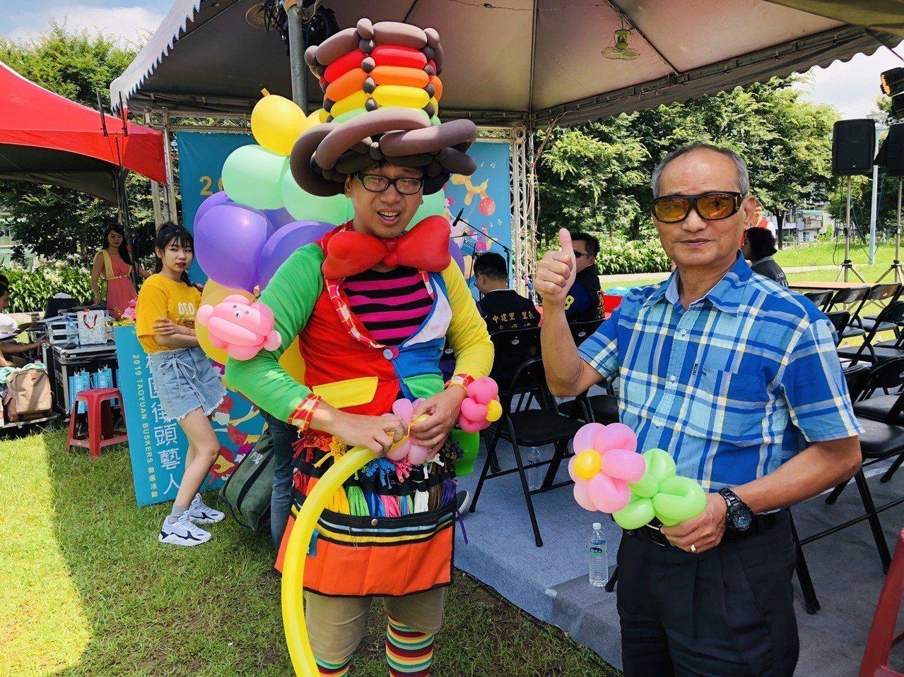 知名街頭藝人阿燈哥哥創意造型氣球為開場熱鬧演出。圖/桃園市文化局提供
