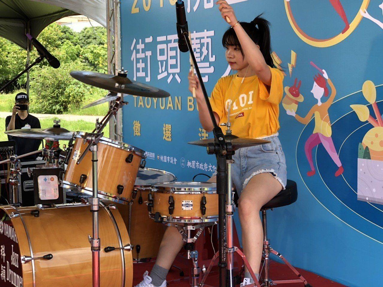 知名街頭藝人李侑真表演爵士鼓。圖/桃園市文化局提供