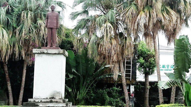 台東民航站(豐年機場)今天中午11點半拆除豎立逾40年的蔣介石(蔣公)銅像。記者羅紹平/攝影