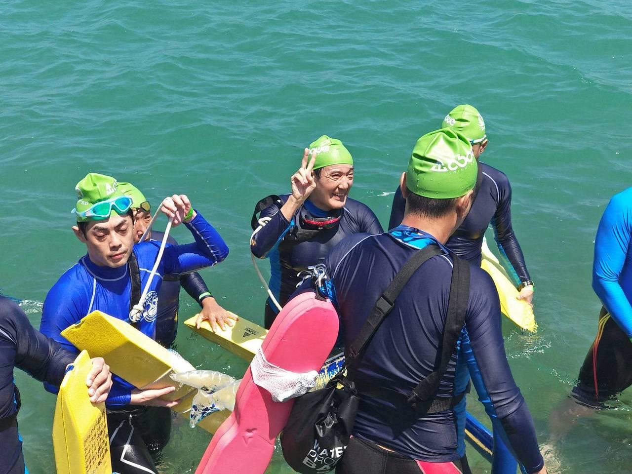 前總統馬英九今天泳渡澎湖灣,完成後還高興比YA。圖/澎湖縣政府提供