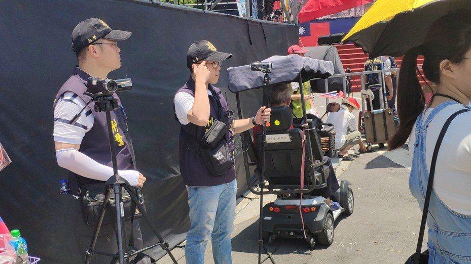 警方在豔陽中維持現場秩序。記者李京昇/攝影
