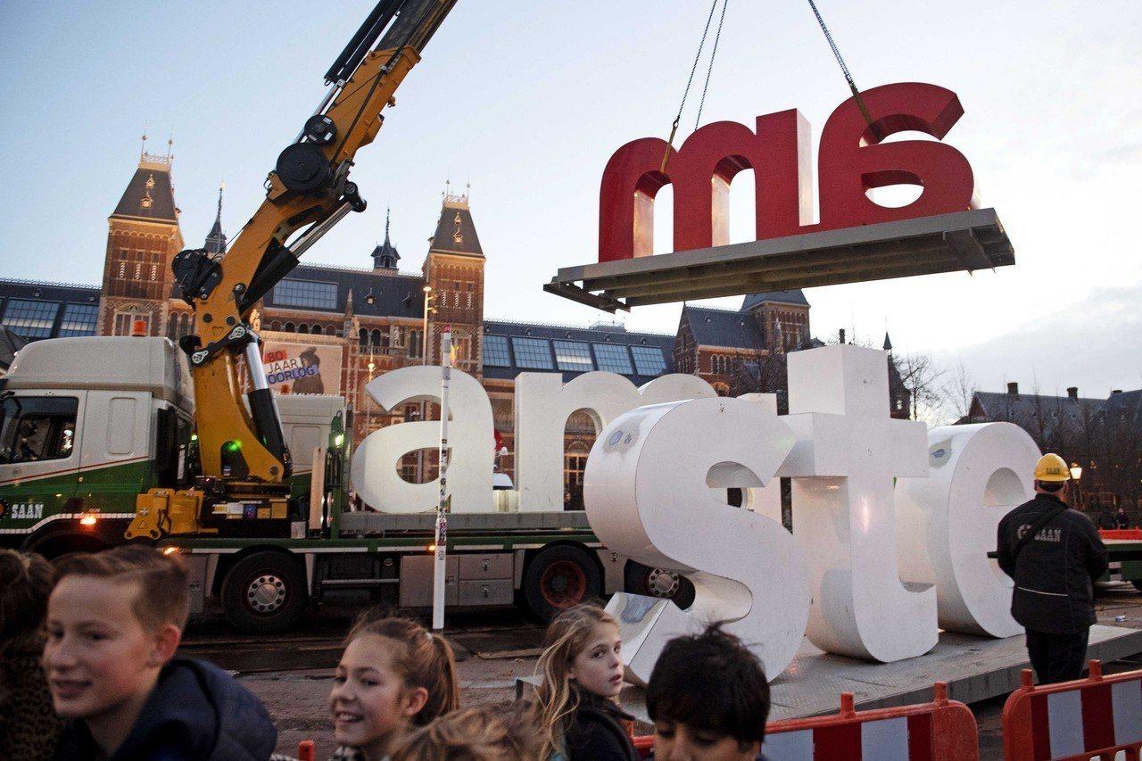 2018年,阿姆斯特丹廣為人知的拍照字樣「I amsterdam」被從博物館廣場...