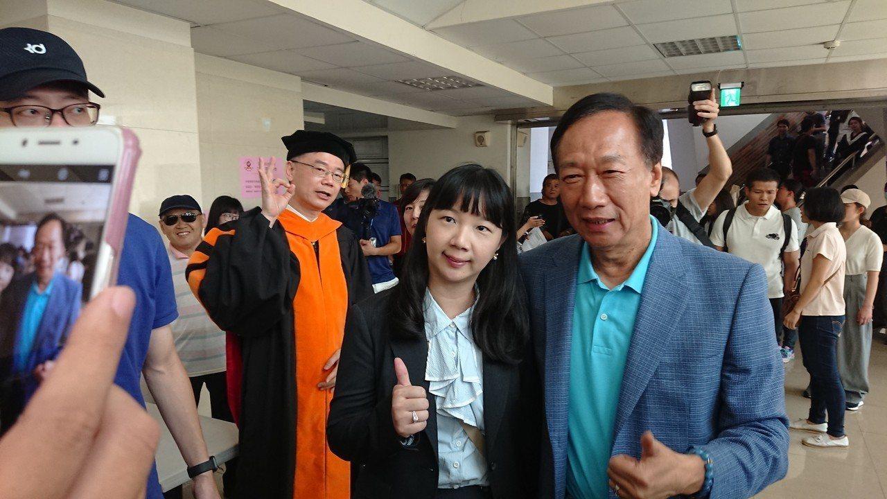 郭台銘今天到吳鳳科大演講,許多師生都熱情歡迎、爭取合影。記者卜敏正/攝影
