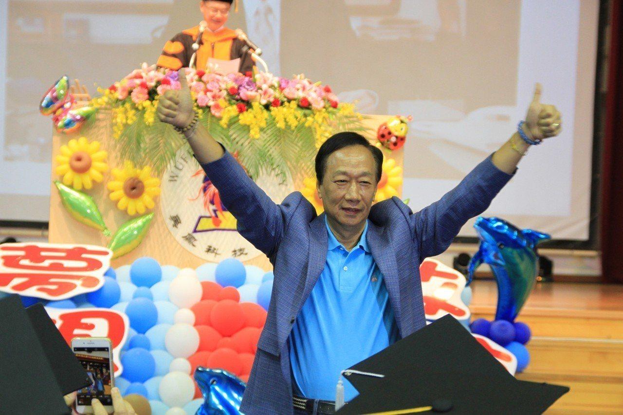 郭台銘今天到吳鳳科大演講,受到學生熱情歡迎。記者卜敏正/攝影