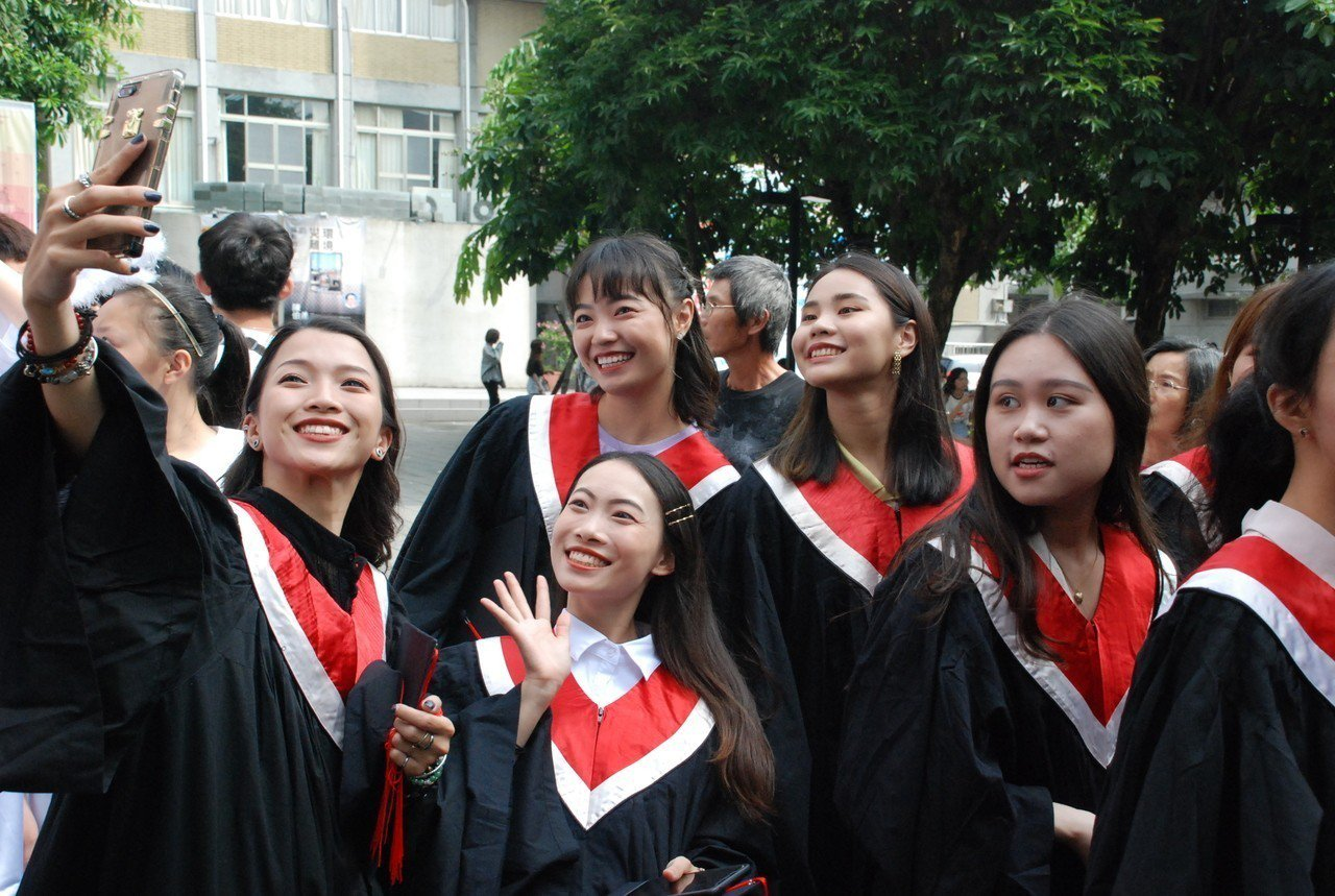 台南應用科大畢業典禮很熱鬧。圖/林東慶老師提供