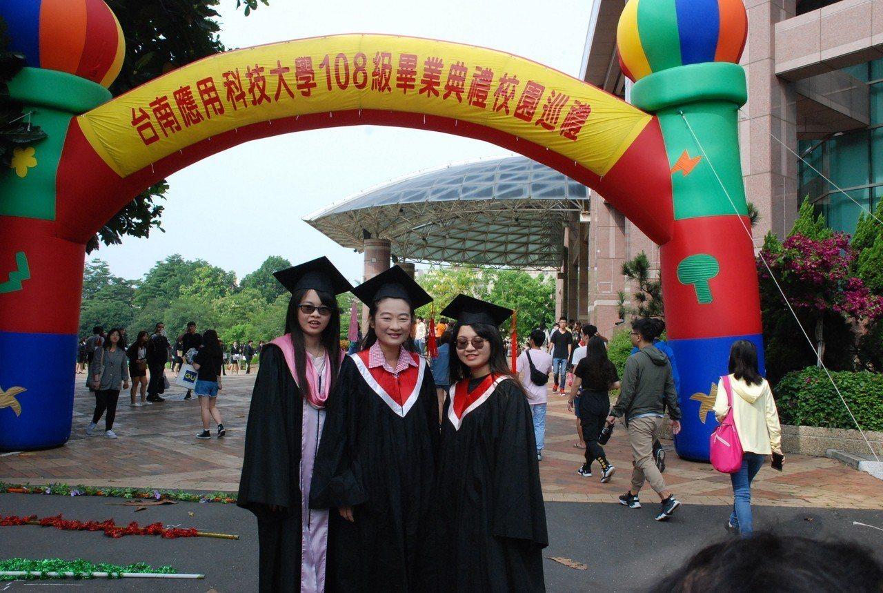 台南應用科大黃嘉玲與女兒3人同時畢業。圖/林東慶老師提供