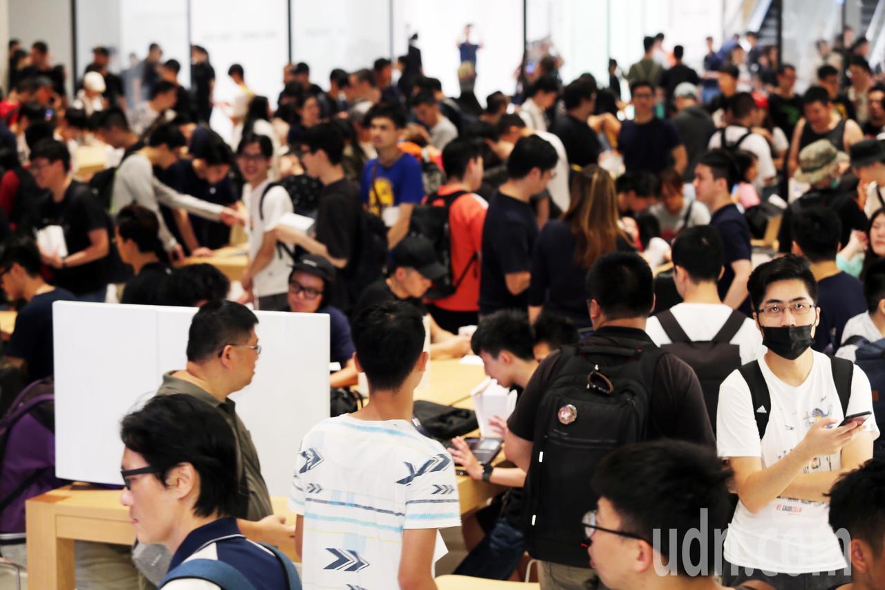 蘋果在台第2家直營店Apple 信義 A13,今天上午10時開幕,吸引大批果粉進...