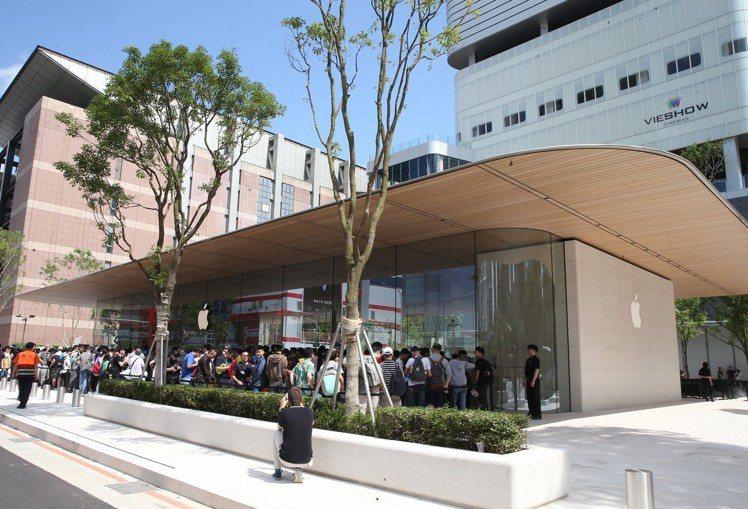 位於台北市信義商圈的Apple信義A13今天(6月15日)正式開幕。記者徐兆玄/...