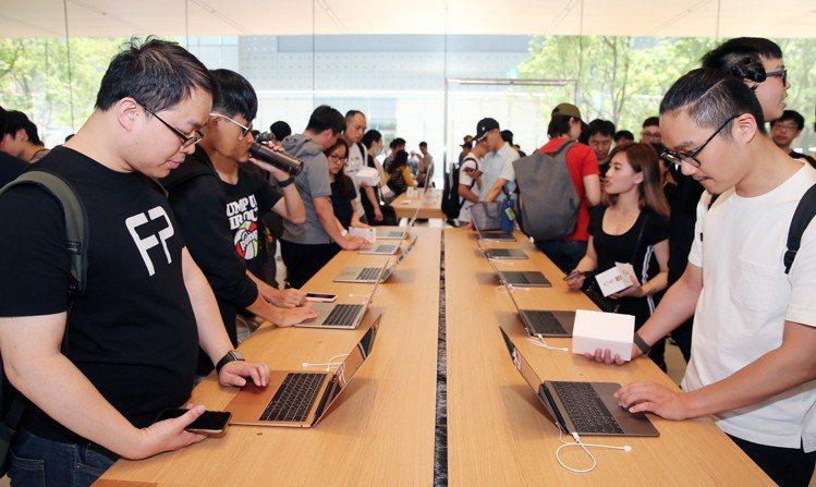 Apple信義A13今天(6月15日)開幕,店內各處都擠滿了體驗人潮。記者徐兆玄...