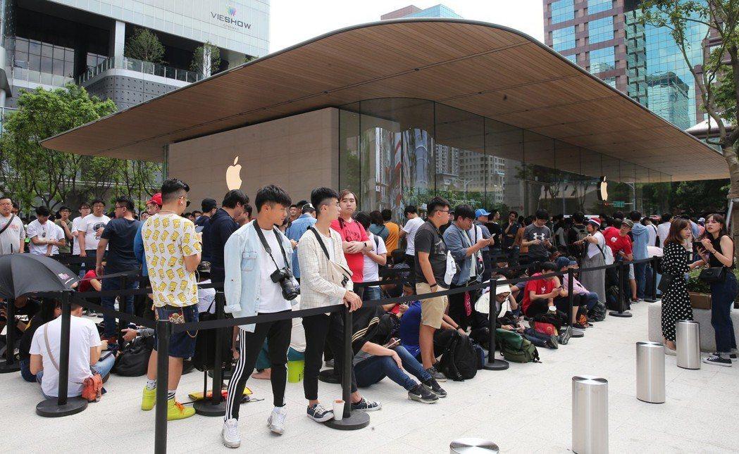 Apple信義A13今天(6月15日)開幕,上午10點正式營業前現場排隊人潮已超...