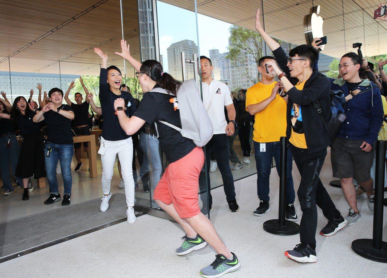 Apple信義A13今天(6月15日)開幕,依照Apple的開店傳統,所有員工列...
