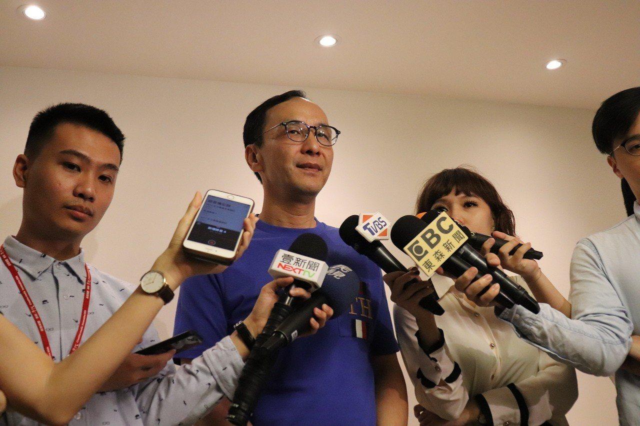 新北市前市長朱立倫示,台灣是言論自由的社會,不該因某些親中或台獨的媒體去抗議。記...
