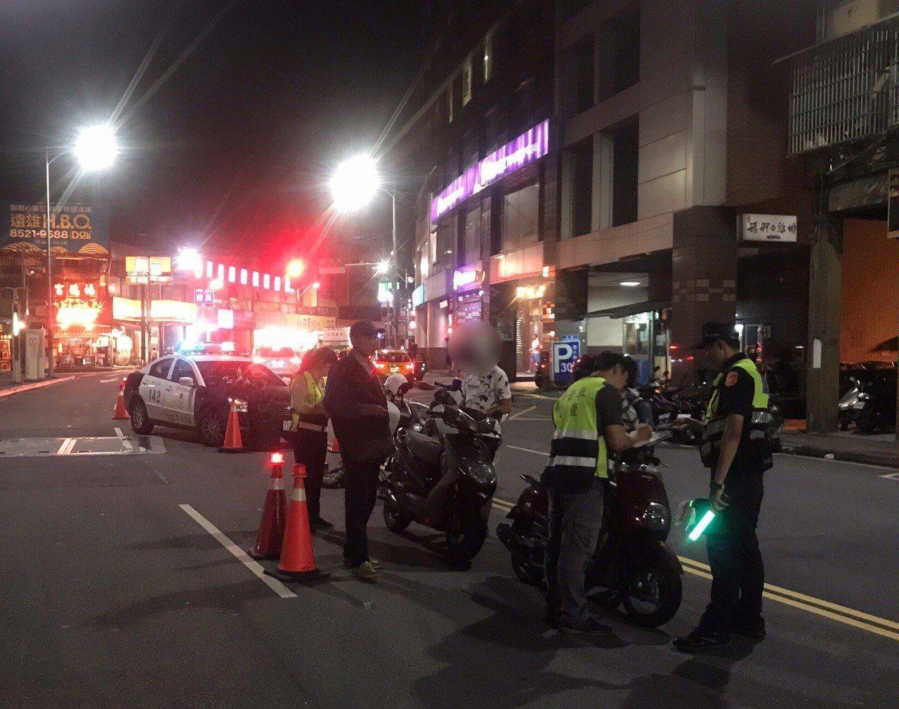 改裝排氣管車半夜擾民,新莊警與環保局動員攔查。記者巫鴻瑋/翻攝