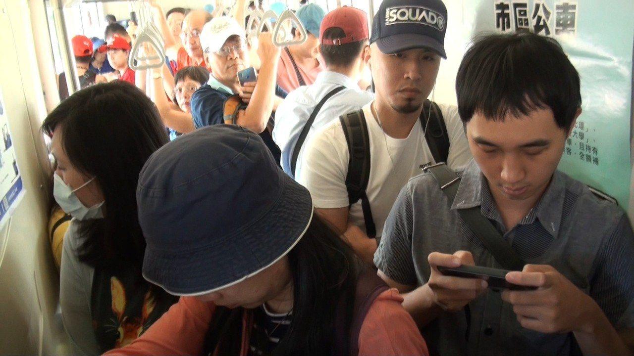 高鐵接駁車上坐滿滿。記者蔡維斌/攝影