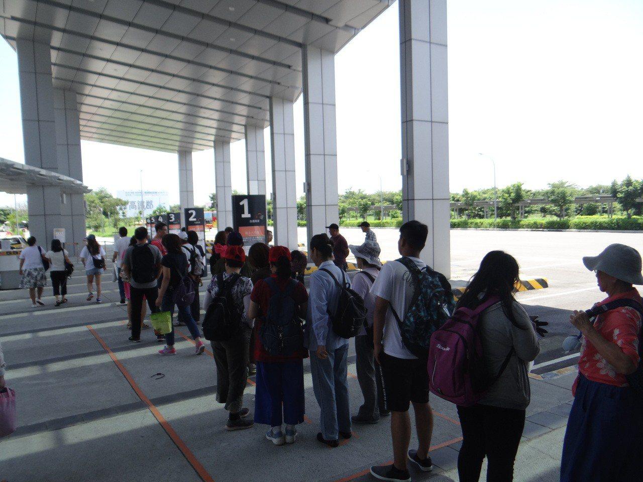 高鐵接駁站從上午到下午都有許多韓粉排隊等車。記者蔡維斌/攝影