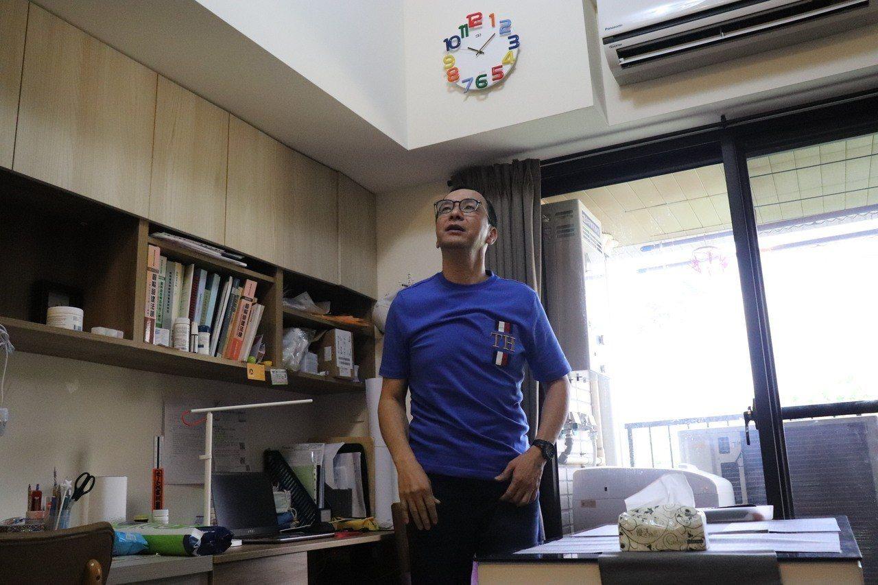 新北市前市長朱立倫今前往中和秀峰青年社會住宅,拜訪住戶邵佳琪小姐一家人,並探討社...