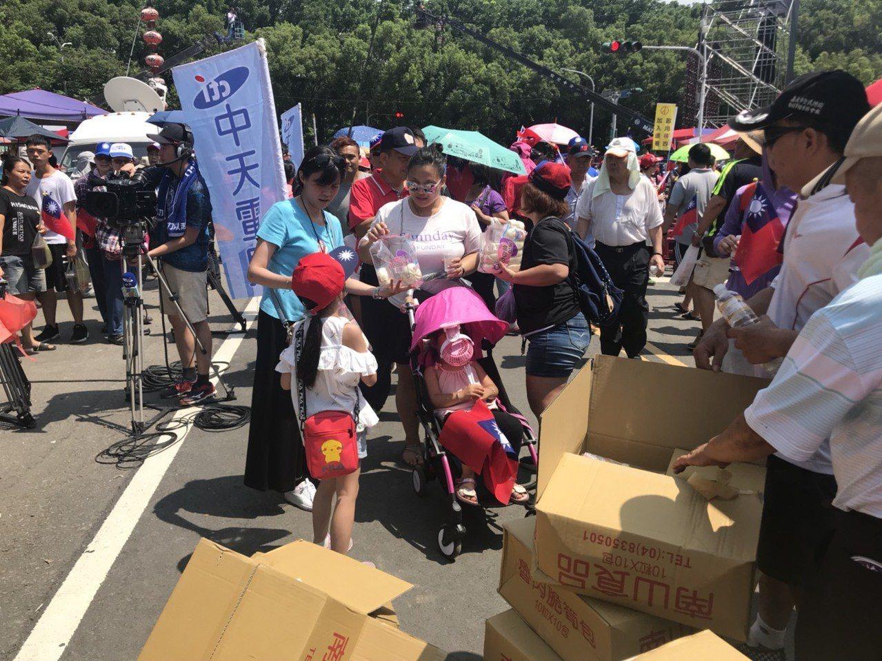 高雄市長韓國瑜的第三場造勢活動今天在雲林縣登場,新北市鐵粉提供2020顆包子給鐵...