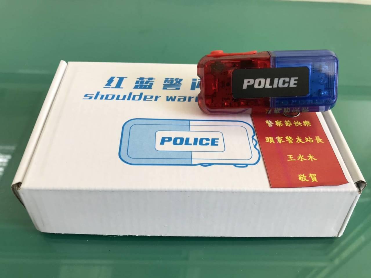 頭家所警友站在警察節添購深色運動鞋與爆閃肩燈,送給豐原警分局頭家所26名員警,希...