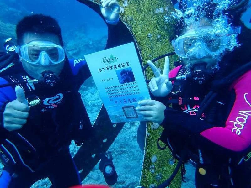 台東縣綠島鄉公館國小12位畢業生,今天到石朗水域全台最深的豆丁海馬郵筒,潛水領取畢業證書。圖╱鄉長謝賢裕提供