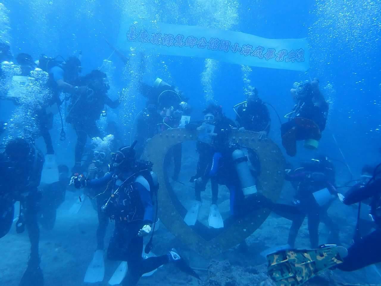 台東縣綠島鄉公館國小12位畢業生,今天到石朗水域全台最深的豆丁海馬郵筒,潛水領取...
