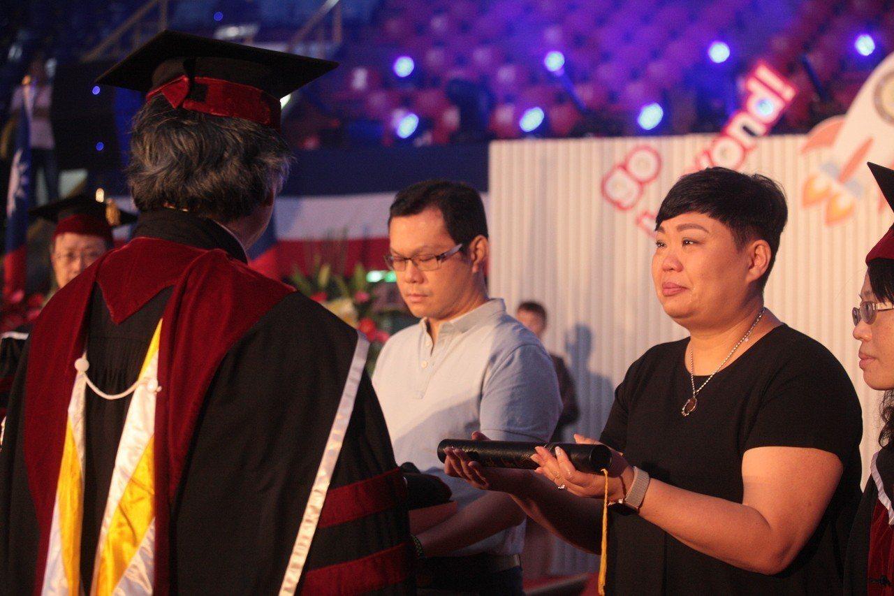 輔仁大學今畢業典禮,其中一位畢業生代表是73歲為了尋求中西醫合併治療,而進修博士...