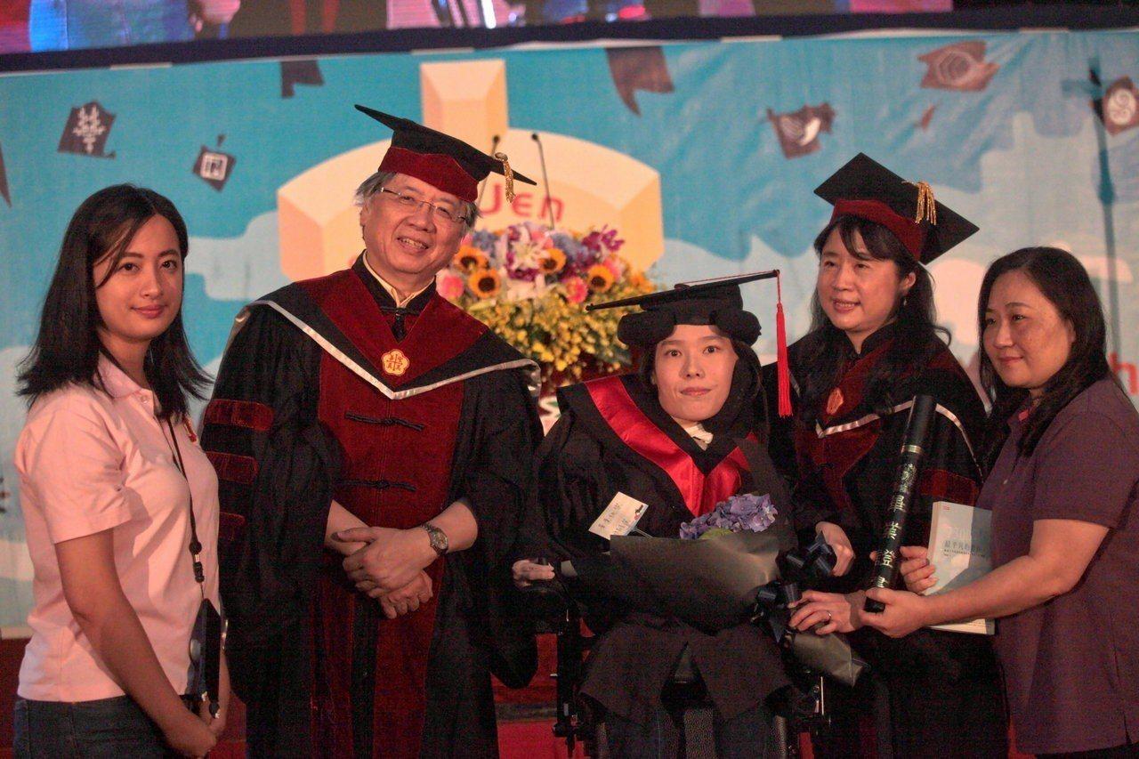 輔仁大學今畢業典禮,其中一位畢業生代表、影像傳播系學生李怡潔(中),罹患脊髓性肌...