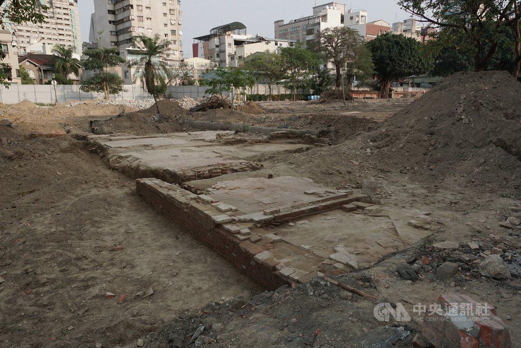 台南市赤崁文化園區改造工程挖出疑似清領時期結構物及鋪面。圖/文資處提供