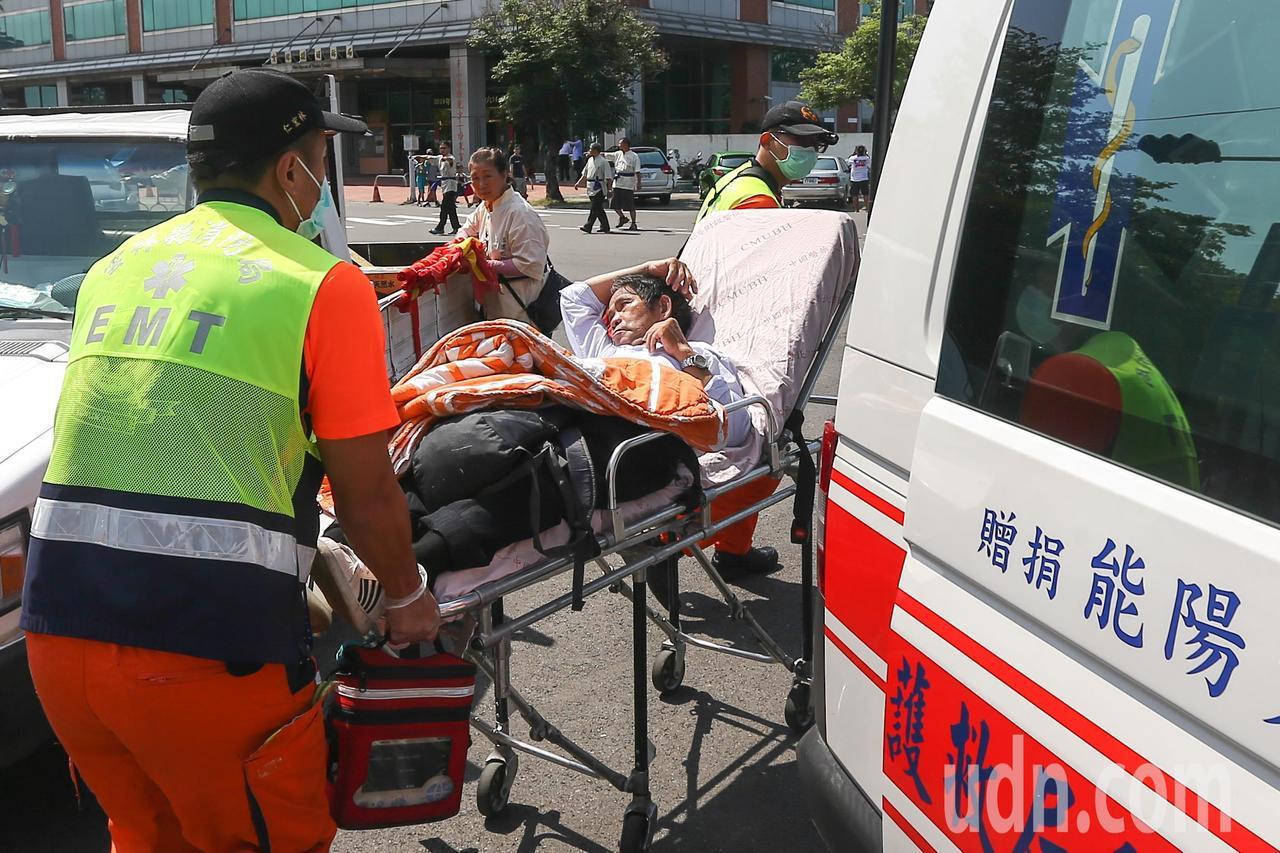 因氣候炎熱,韓國瑜支持者在造勢場合體力透支中暑送醫。記者黃仲裕/攝影