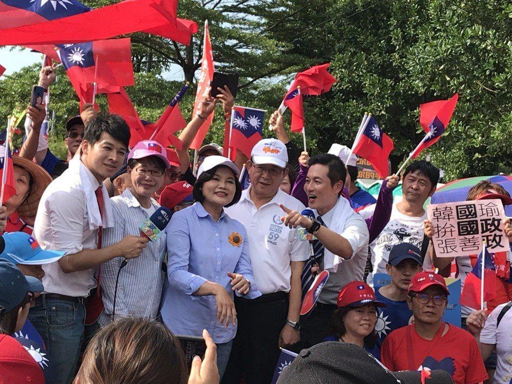 雲林縣長張麗善(左三)到雲林斗六人文公園參加挺韓造勢活動。記者姜宜菁/攝影