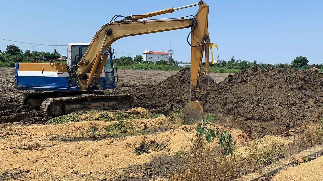 台南市展開染上秋行軍蟲玉米田銷毀作業,怪手挖洞後就地掩埋。記者吳淑玲/攝影