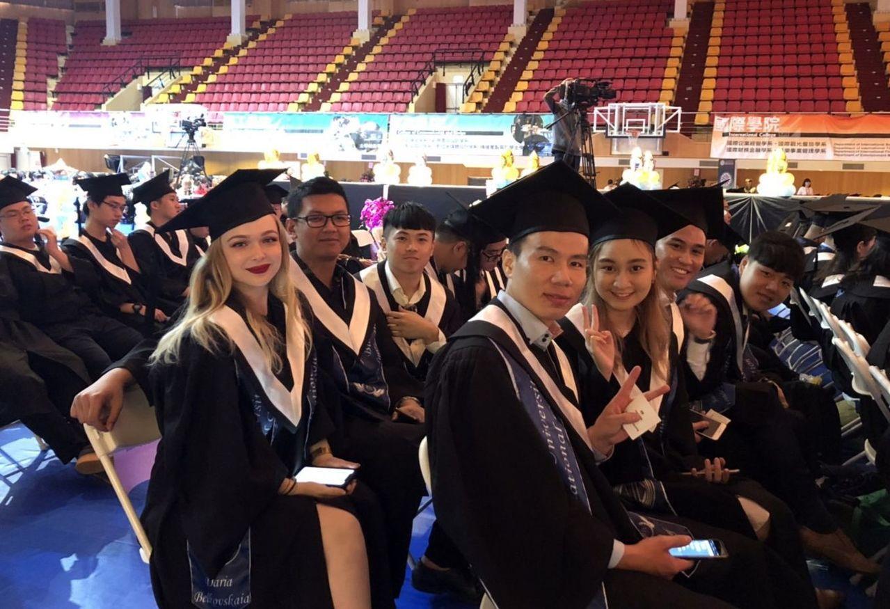 義守大學是國內唯一舉辦中英文畢業典禮的大專校院。記者王昭月/攝影