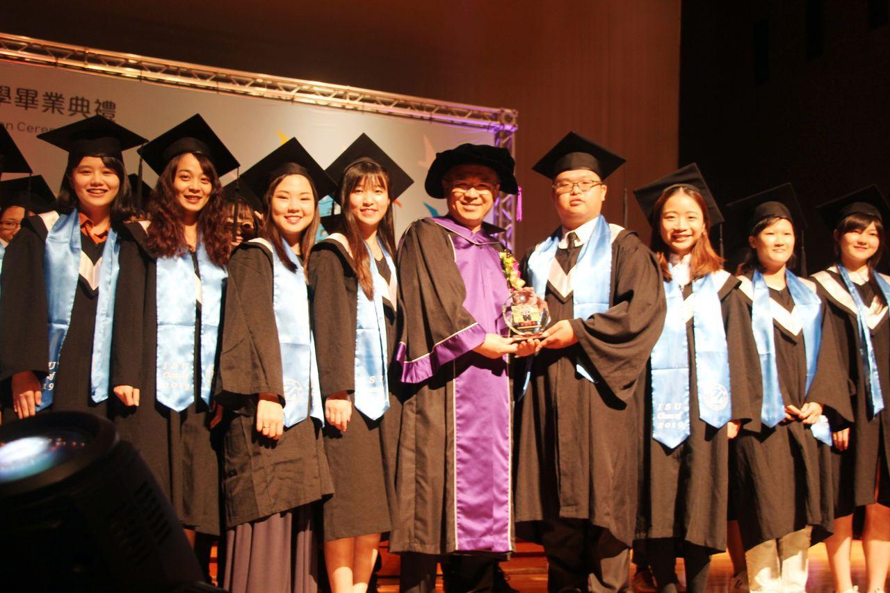 義守大學校長陳振遠(左五),頒獎表揚志願服務績優學生。記者王昭月/翻攝