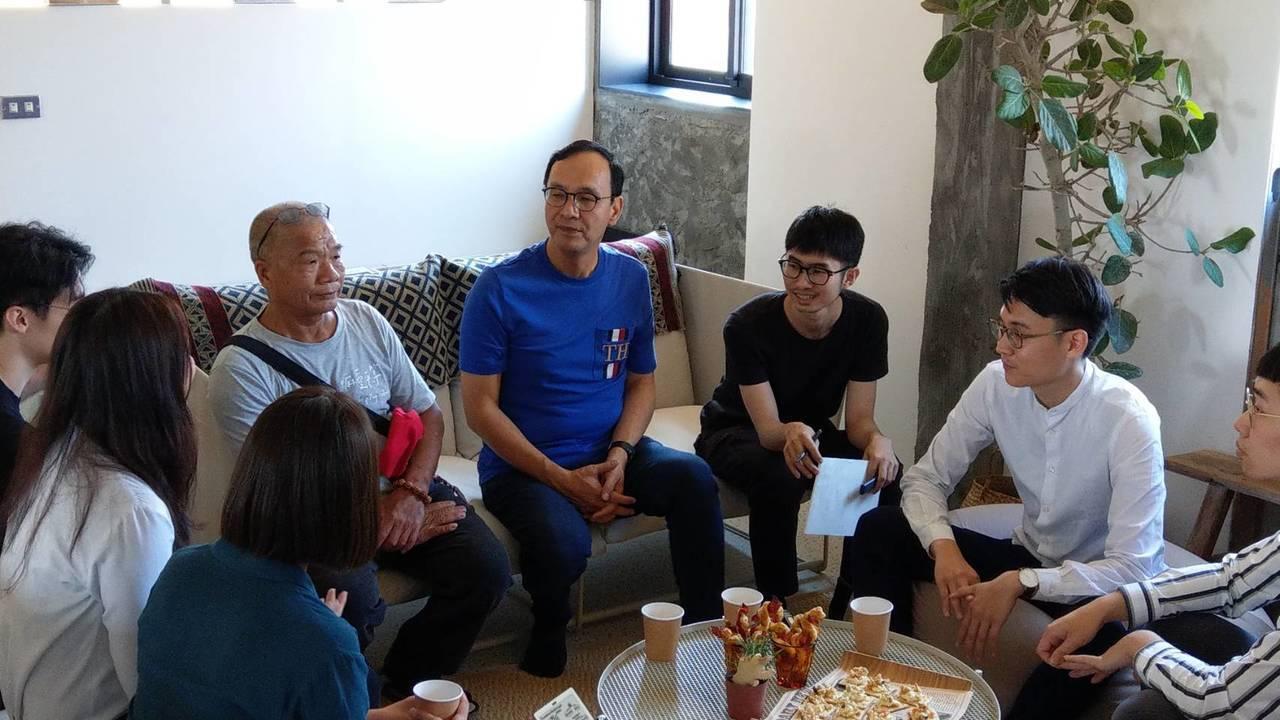 朱立倫今前往台北市萬華參訪萬華玖樓共生公寓,提青年政策。記者楊正海/攝影