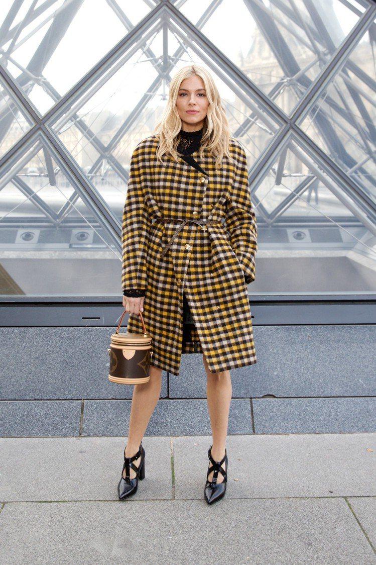 席安娜米勒拿著靈感與輪廓來自化妝箱的Cannes手袋。圖/LV提供