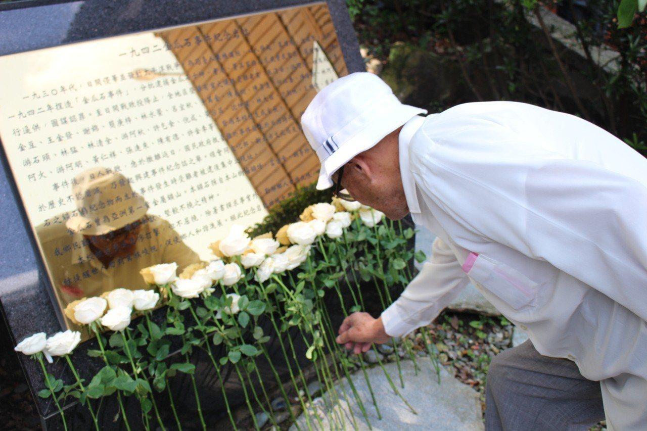 音樂會的尾聲,與會者獻上象徵純潔的白玫瑰,悼念逝去的故人。圖/黃金博物館提供