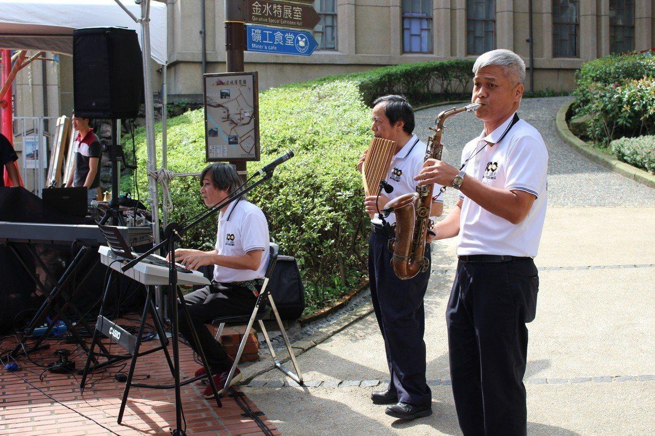 在地音樂家吳朝潭、吳志仁及蕭煌麟等人,自發性的參與這個對金瓜石具有相當意義的聚會...