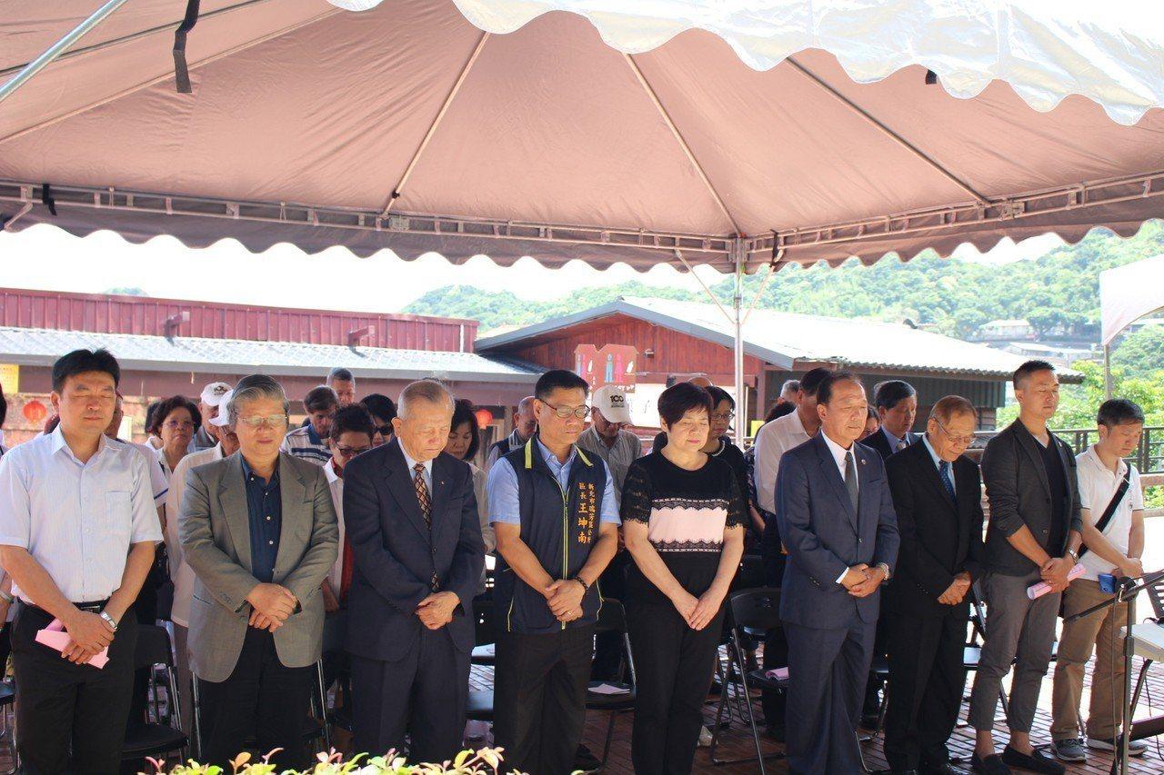 全體與會者在主持人帶領下,閉目默禱33秒,紀念33位罹難者。圖/黃金博物館提供