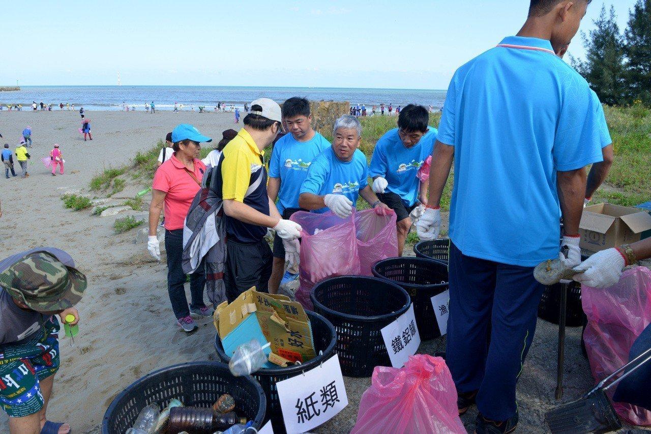 響應世界海洋日竹南龍鳳漁港淨灘 清出3.5噸垃圾