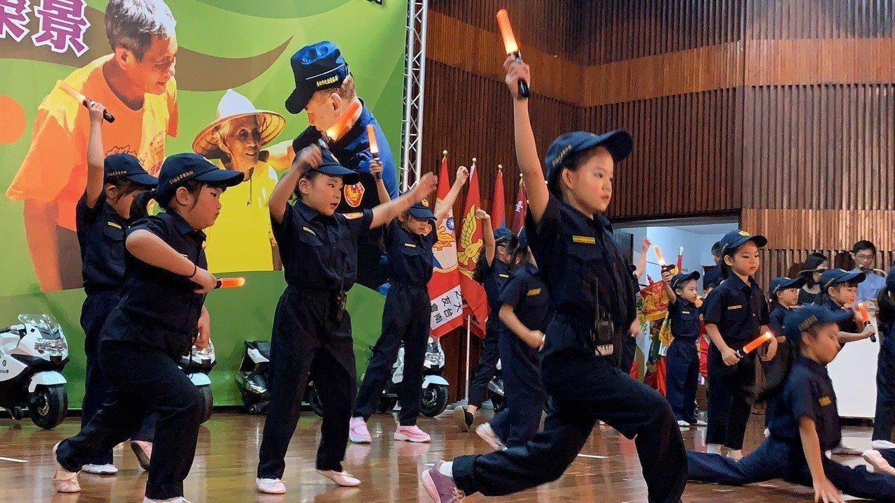 台南市警局慶祝警察節活動,小小警察可愛的表演,帶動現場氣氛。記者吳淑玲/攝影