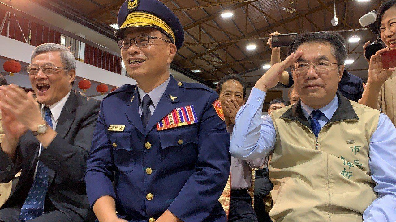 台南市長黃偉哲(右)向小小警察回禮。記者吳淑玲/攝影