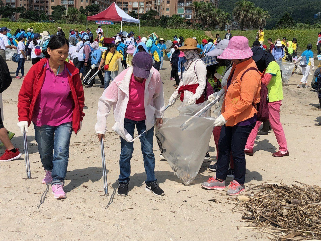 新北市環保局在萬里翡翠灣發動淨灘。圖/環保局提供