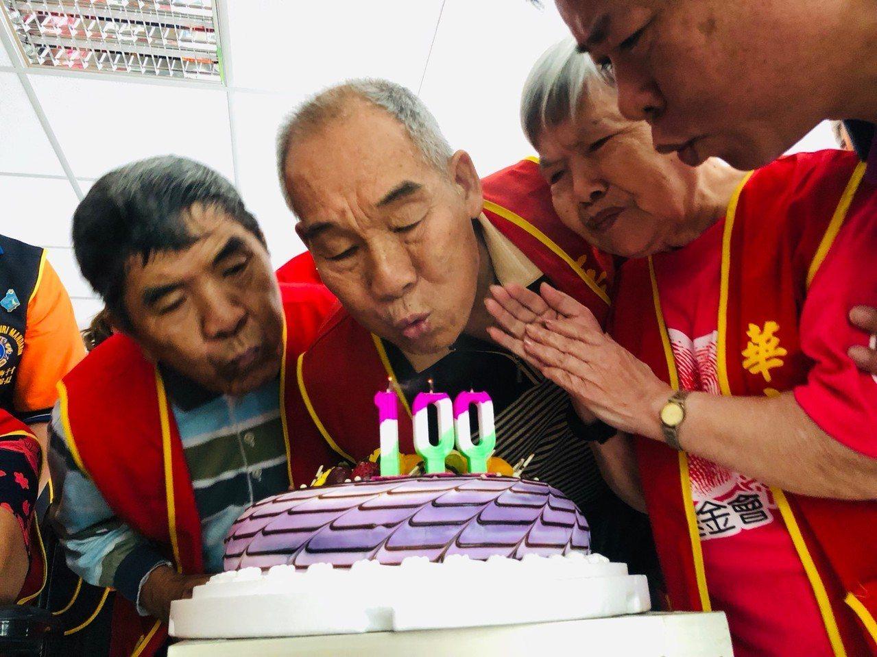 馬來西亞「美里文華獅子會」成員和新北泰山長者慶生。圖/華山基金會提供