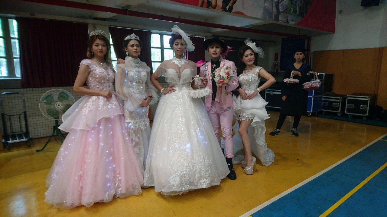 蘭陽技術學院今天舉行107學年度畢業典禮,時尚系的畢業生還優雅婚紗走秀,令全場驚...