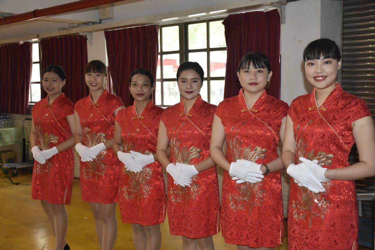 蘭陽技術學院今天舉行107學年度畢業典禮,親善大使接待。圖/蘭陽技術學院提供